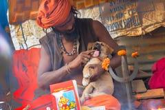 Индийское sadhus освещая вверх и куря Ganja Стоковые Фотографии RF