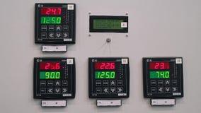 Предохранение от шкафа контроля и автоматическое выключение Индикаторы измерения на фронте электрического шкафа акции видеоматериалы