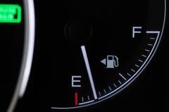 Индикатор топлива автомобиля стоковая фотография rf