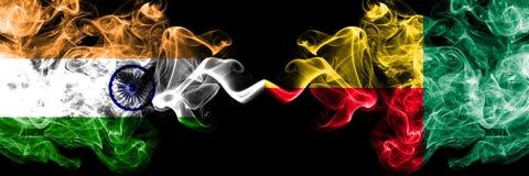 Индия против Бенина, бенинские флаги дыма установила сторону - - сторон стоковые изображения