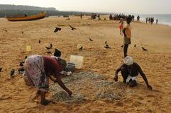 Индия: Рыболовы на пляже Kovalam в Керале стоковые фото
