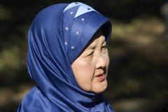 Индонезийская женщина с голубым головным платком стоковое изображение