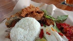 Индонезийский зажаренный сом с белым рисом и соусом chili, индонезийской едой сток-видео