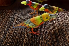 Индонезийское этническое искусство - покрашенные деревянные птицы Стоковое Изображение