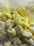 Индонесия облицовывает желтый цвет вулкана серы стоковые фотографии rf
