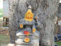 Индусская богиня под деревом в парке стоковые фотографии rf