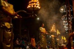 Индусские священники выполняют Agni Pooja санскритское: Поклонение огня на Dashashwamedh Ghat Стоковая Фотография RF