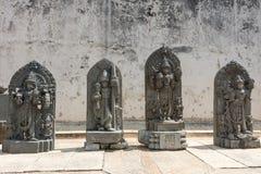 Индусские статуи на дисплее на виске Chennakesava, Somanathpur Ind Стоковая Фотография