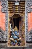 Индусский бог Ganesha около входа человека kuta острова bali городок захода солнца формы красивейшего Индонесии идущий видимый стоковые фотографии rf