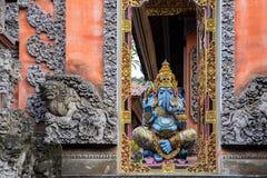 Индусский бог Ganesha около входа человека kuta острова bali городок захода солнца формы красивейшего Индонесии идущий видимый стоковые фото