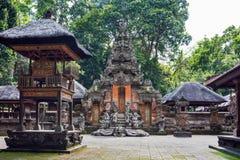 Индусский висок в лесе обезьяны Ubud, Бали, Индонезии стоковые изображения