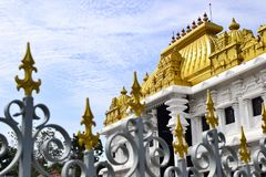 Индусский висок с яркой золотой крышей Стоковое Фото