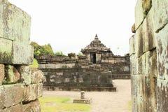 Индусский висок Sambisari - центральная часть между стенами стоковые фотографии rf