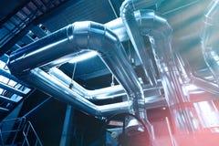 Индустриальная зона, стальные трубопроводы, клапаны и танки Стоковая Фотография RF