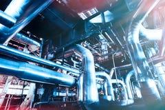 Индустриальная зона, стальные трубопроводы, клапаны и танки Стоковая Фотография