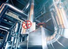 Индустриальная зона, стальные трубопроводы, клапаны и танки Стоковые Фотографии RF