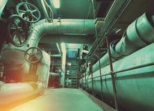 Индустриальная зона, стальные трубопроводы, клапаны и танки Стоковое фото RF