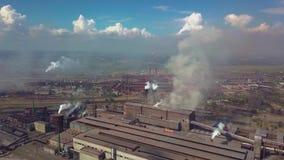 Индустриальная зона с большим дымом красной и белой трубы толстым белым полита от трубы фабрики в отличие от солнца видеоматериал