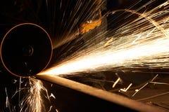 Индустрия механической обработки подвергая механической обработке заканчивая или меля поверхность металла на машине точильщика на Стоковое Фото