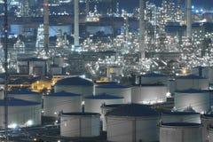 Индустрия нефтеперерабатывающего предприятия большая с фермами танка стоковые изображения