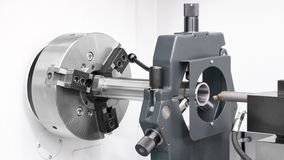 Индустрия cnc механической обработки: резать стальной вал металла обрабатывая на машине токарного станка в мастерской стоковое фото