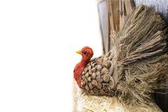 Индюк благодарения сделанный из pinecone и мешковины и соломы на стороне белой предпосылки с комнатой для экземпляра - селективно стоковые изображения