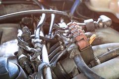 инжекторам автомобиля lpg в старом двигателе автомобиля нужно обслуживать, наполнить газом injecto стоковое изображение