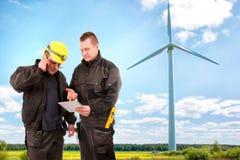 2 инженера в электростанции ветротурбины Стоковое фото RF