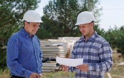 2 инженера имея обсуждение на месте Стоковая Фотография