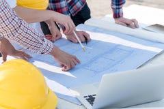 3 инженера по строительству и монтажу работая outdoors в конструкции si Стоковое фото RF