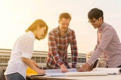3 инженера по строительству и монтажу работая outdoors в конструкции si Стоковые Изображения