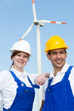 2 инженера представляя с ветротурбиной и панелями солнечных батарей Стоковые Фото