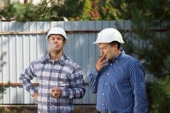 2 инженера принимая пролом дыма Стоковое Изображение