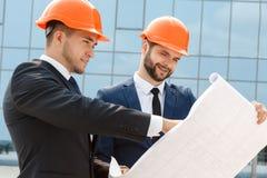 2 инженера проверяя архитектурноакустические планы Стоковые Изображения