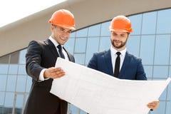 2 инженера проверяя архитектурноакустические планы Стоковое Изображение RF