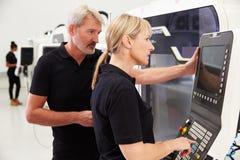 2 инженера работая машинное оборудование CNC на поле фабрики Стоковые Фотографии RF