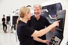 2 инженера работая машинное оборудование CNC на поле фабрики Стоковые Фото