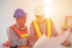 2 инженера смотря светокопию Стоковая Фотография