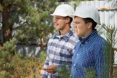2 инженера с серьезными выражениями Стоковые Фотографии RF
