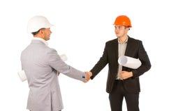 2 инженера тряся руки на белой предпосылке Стоковая Фотография