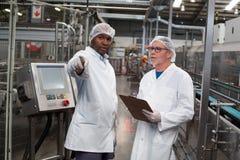 2 инженера фабрики обсуждая друг с другом Стоковая Фотография