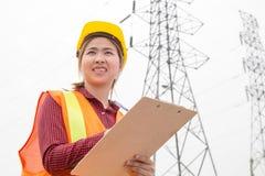 Инженерство женщины работая на высоковольтной башне Стоковая Фотография RF