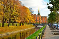 Инженерство и замок и лето Mikhailovsky садовничают в осени Стоковая Фотография RF