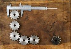 Инженерство оборудует шестерни и крумциркуль на деревянном столе шарики габаритные 3 Стоковое фото RF