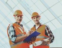 Инженеры делают примечания и работы с светокопией Стоковое Изображение RF