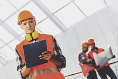 Инженеры делают примечания и работы с светокопией Стоковые Изображения RF