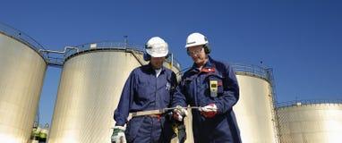 инженеры заправляют топливом панорамное Стоковые Изображения