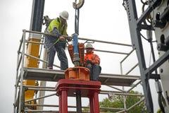 Инженеры извлекают кожух трубы стоковое фото rf