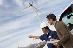 Инженеры на ветровой электростанции Стоковое Фото