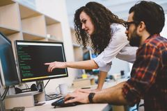 Инженеры по программномы обеспечению работая на проекте и программируя в компании стоковые фото